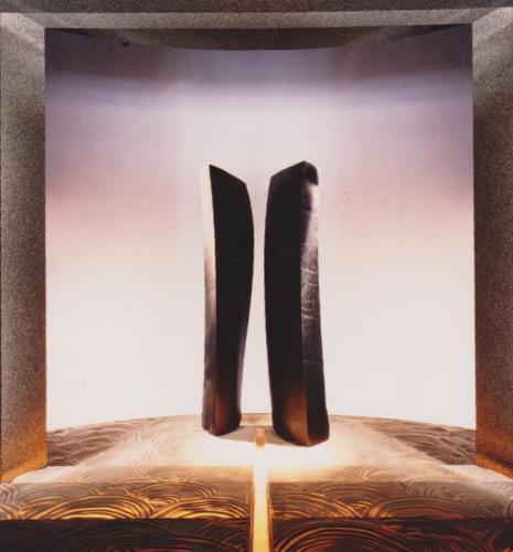 """Duo Nador"", 1987, H.200 cm, marbre noir de Belgique, exposée au SAD Grand Palais"